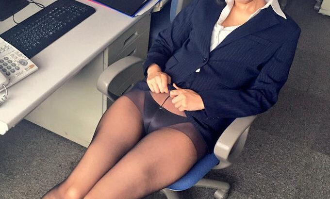 OL制服でスカートたくし上げてるエロ画像